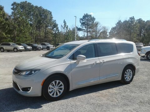 Luxury White Pearl 2019 Chrysler Pacifica Touring L