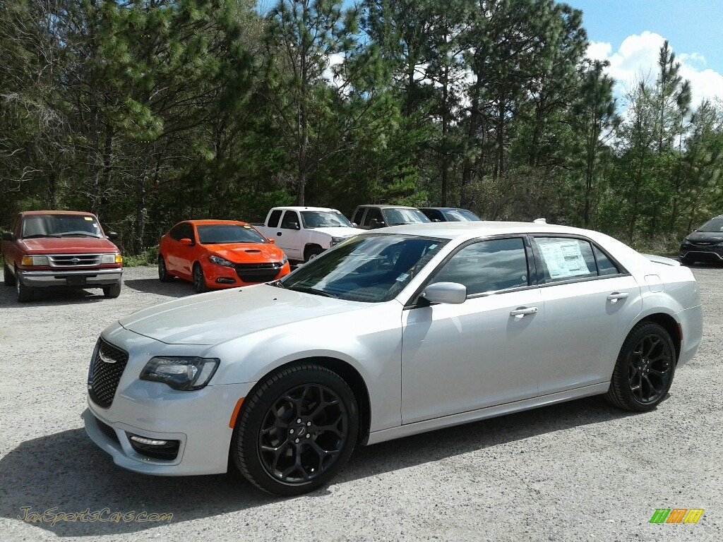 Silver Mist / Black Chrysler 300 S