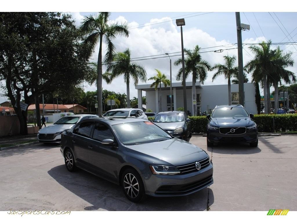 Platinum Gray Metallic / Titan Black Volkswagen Jetta SE