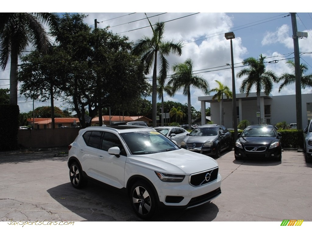 Ice White / Blond Volvo XC40 T5 Momentum AWD