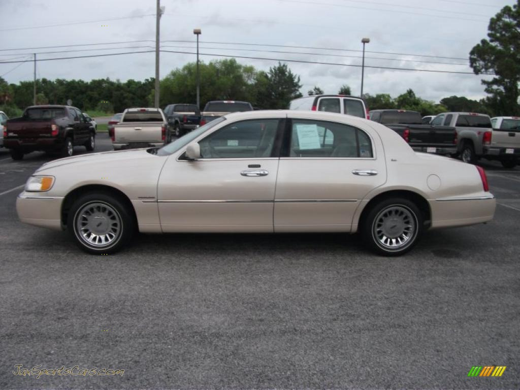2001 Lincoln Town Car Cartier In Light Parchment Gold