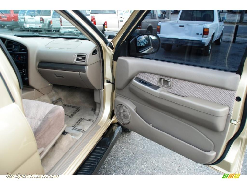 2004 Nissan Pathfinder Se In Luminous Gold Metallic Photo